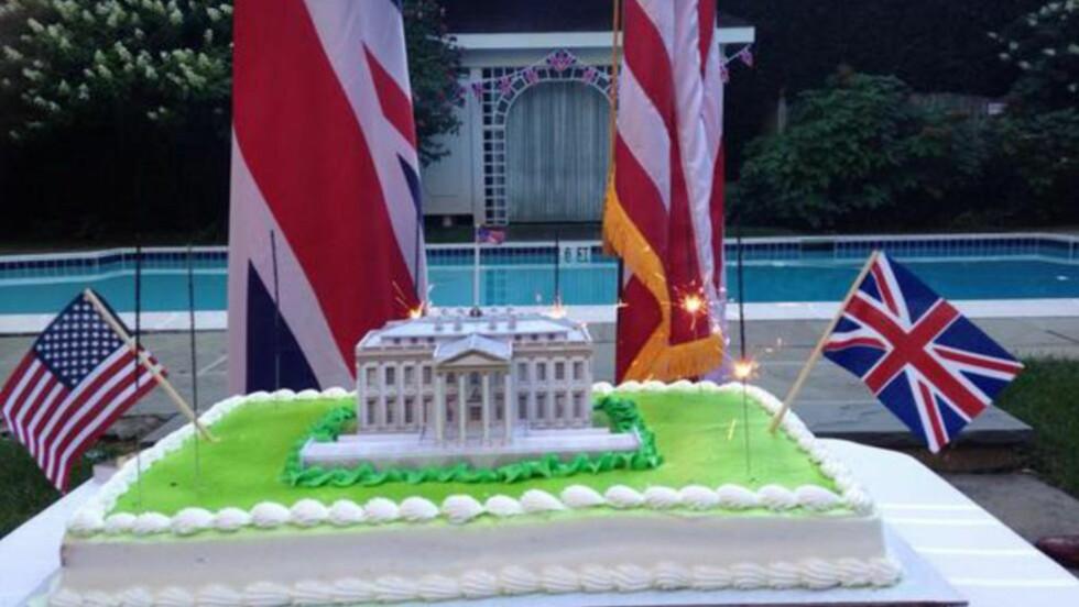 IKKE SÅ SØTT: I går var det 200 år sidene britiske soldater brente ned Det hvite hus i Washington. Det ble markert med denne kaka i britenes ambassade i Washington.Foto fra ambassadens twitter-side.