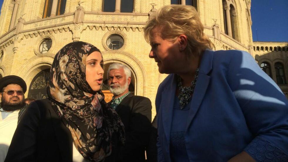 TOPPMØTE:  En av initiativtakerne til kveldens debatt, Faten Mehdi Al-Husseini (19), møtte statsminister Erna Solberg foran Stortinget.
