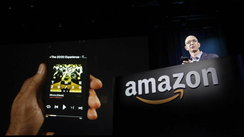 KJØPER GIGANT:  Amazon fullfører nå kjøpet av Twitch. Dette bildet er fra lanseringen av en ny smartphone tidligere denne måneden, presentert av CEO Jeff Bezos. Foto: Reuters / NTB Scanpix.