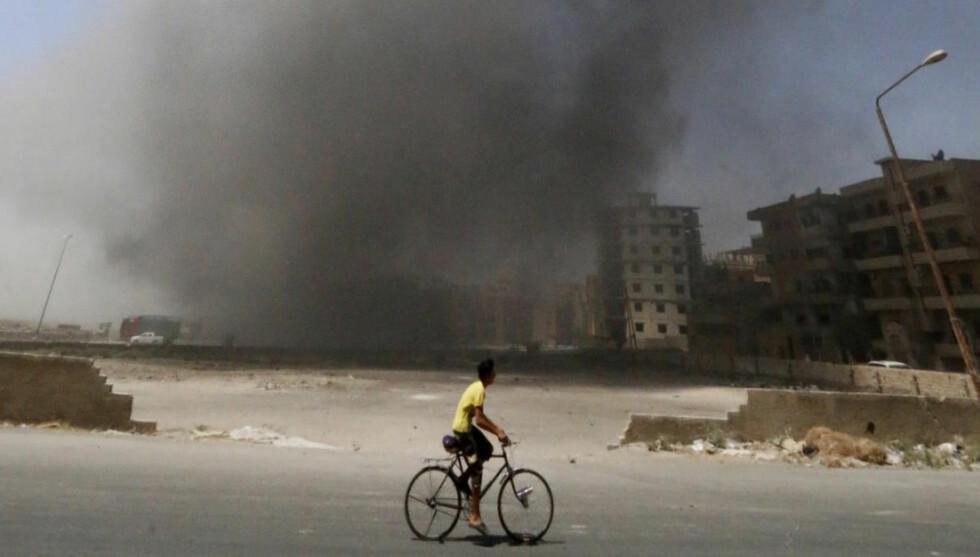 ASSAD ANGRIPER:  Byen Raqqa i Syria er kontrollert av Den islamske staten, men er nå under kraftig angrep fra president Assads egne styrker. Foto: Reuters / NTB Scanpix