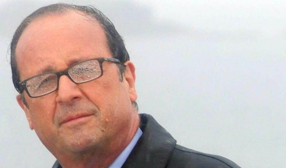 I UVÆR: Franske aviser brukte bilder av president François Hollande mens han holdt en tale i regnværet på øya Ile de Sein, utenfor kysten av Bretagne, i helga som et bilde på hans politiske floker. Etter et slags oppfør innad i landets regjering måtte han skjære gjennom. Statsminister Manuel Valls er bekreftet på taburetten og skal sette sammen et nytt lag. Foto: AFP / Scanpix / FRED TANNEAU