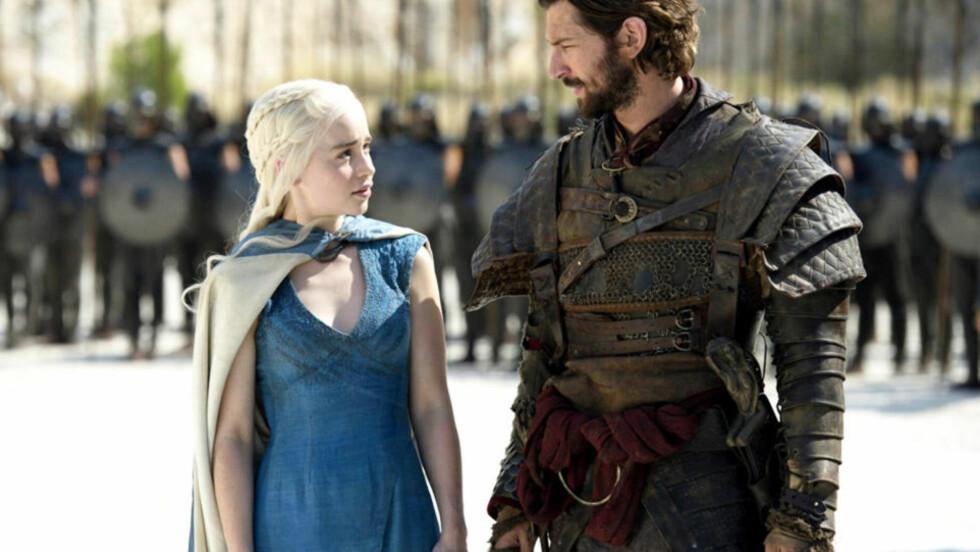 SKAL SVØMME I NORGE: Nederlandske Michiel Huisman (til høyre) har spilt Daario Naharis i HBOs gigantsuksess «Game of Thrones» - her sammen med Daenerys Targaryen (spilt av Emilia Clarke). Nå skal han svømme i en kommende norsk film. Foto: HBO