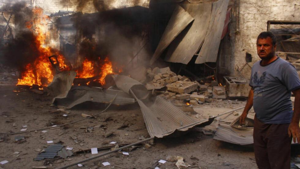 BOMBET: Dette bygget i Aleppo stod i brann 13. august, etter at det ble sluppet en tønnebombe på det. I april brukte syriske styrker ifølge FN trolig klor i bombene. Foto: REUTERS / Rami Zayat / NTB scanpix