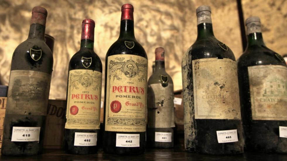 KVALITET PÅ STOR FLASKE: Det er først og fremst lagringsviner, som disse årgangsvinene fra en fransk vinkjeller, som blir tappet på Foto: CHARLES PLATIAU / REUTERS / NTB SCANPIX