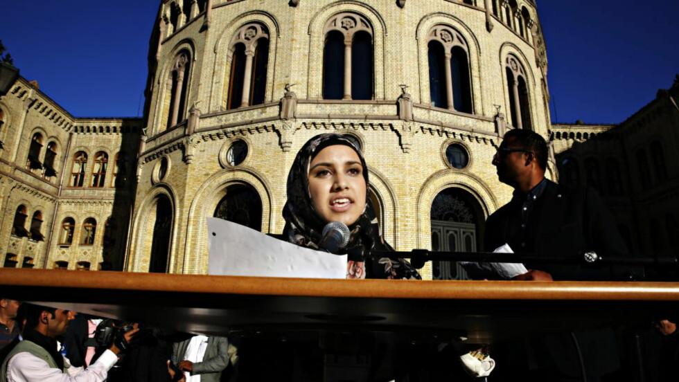 POPULÆR: Faten Mahdi Al-Husseini (19) holdt tale forran Stortinget under den store anti ISIL-demonstrasjonen mandag, og beveget mange av tilhørerne.  Foto: Jacques Hvistendahl / Dagbladet