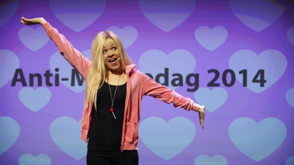 TV-TYPER: Flere figurer fra Lene Kongsvik Johansens tv-serier besøker «110 % lykkelig». Alle - ja, selv Kine - har sitt å slite med. Foto: John Andersen, Seefood