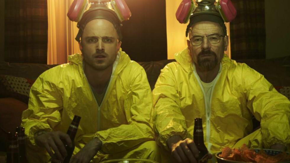 POPULÆR DUO: «Breaking Bad»-skuespillerne Aaron Paul og Bryan Cranston har all grunn til å være fornøyd med Emmy-kvelden. Hele serien deres og flere andre vinnere og nominerte kan du se på nett - her er oversikten. Foto: AMC