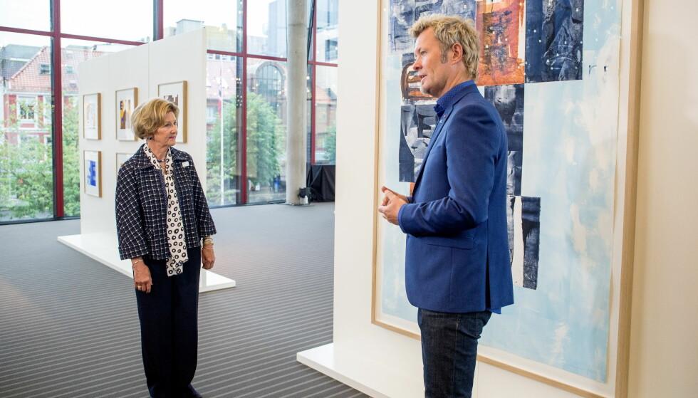 SAMARBEIDER OM UTSTILLING: Dronning Sonja og Magne Furuholmen åpner utstillingen Texture i Grieghallen. Utstillingen består av verker som de to har samarbeidet om, samt individuelle arbeider. Dette er et samarbeidsverk. Foto: Eivind Senneset, Dagbladet