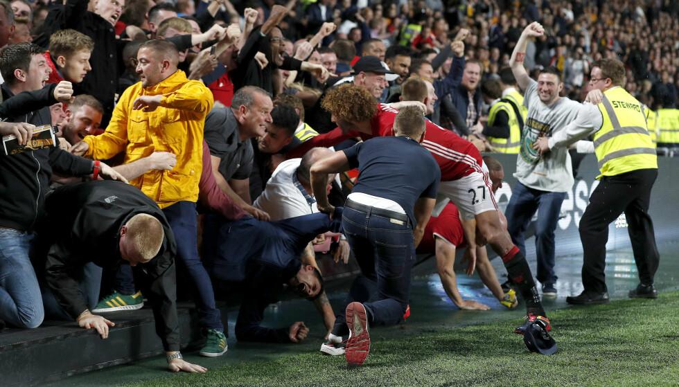 UTESTENGT: Jubelscener i bortesvingen på KC Stadium etter at Marcus Rashford har sikret seieren for gjestene. Manchester United-supporteren Graeme Clarke ble syk og kom seg ikke på kampen, men da han ikke sa ifra på forhånd blir han nå utestengt fra lagets bortekamper i 12 måneder. Det får mange til å se rødt. Reuters / Lee Smith Livepic / NTB Scanpix