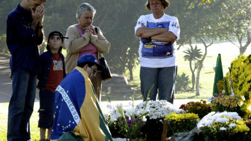 MINNES SENNA: Sørgende fans legger ned blomster på grava til Ayrton Senna, på dagen 20 år etter at formel 1-legenden omkom i en forferdelig ulykke på Imola-banen i 1994. Foto: Paulo Whitaker / Reuters / NTB Scanpix