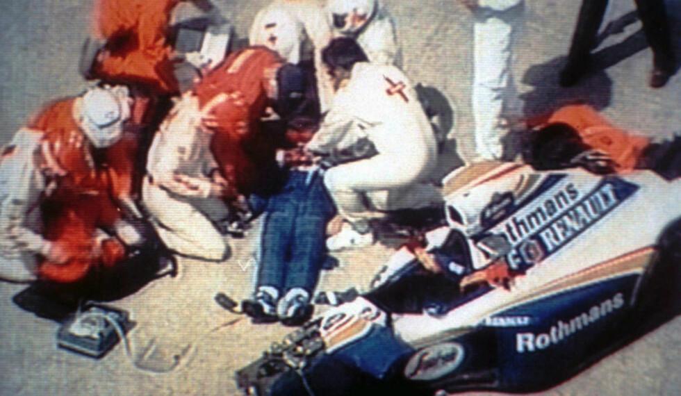 LIVET STO IKKE TIL Å REDDE: Leger og medisinsk apparat gjør alt de kan for å redde livet til Ayrton Senna etter den forferdelige formel 1-ulykken på Imola-banen for 20 år siden i dag, men livet sto ikke til å redde. Senna døde i ulykken. Foto: AP / NTB Scanpix