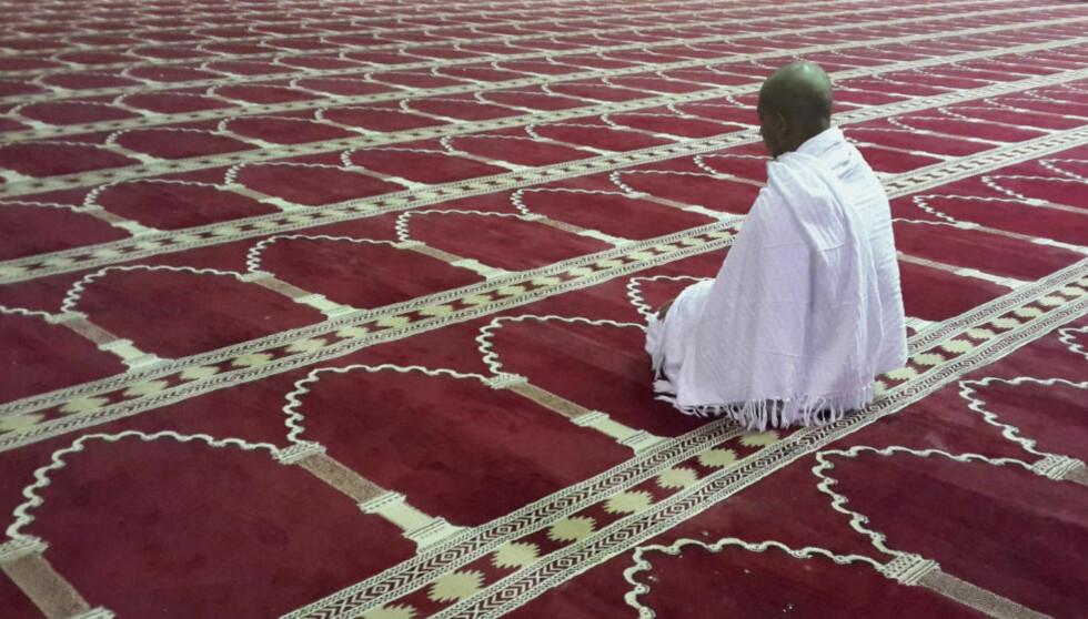 MÅ FORSTÅ: «For å være relevante og ha innflytelse på utviklingen i verden, er vi nødt for å lære oss hvordan religion fungerer», skriver Lemvik. Bildet viser en muslimsk mann som ber i en moské i muslimenes hellige by, Mekka. Foto: NTB Scanpix