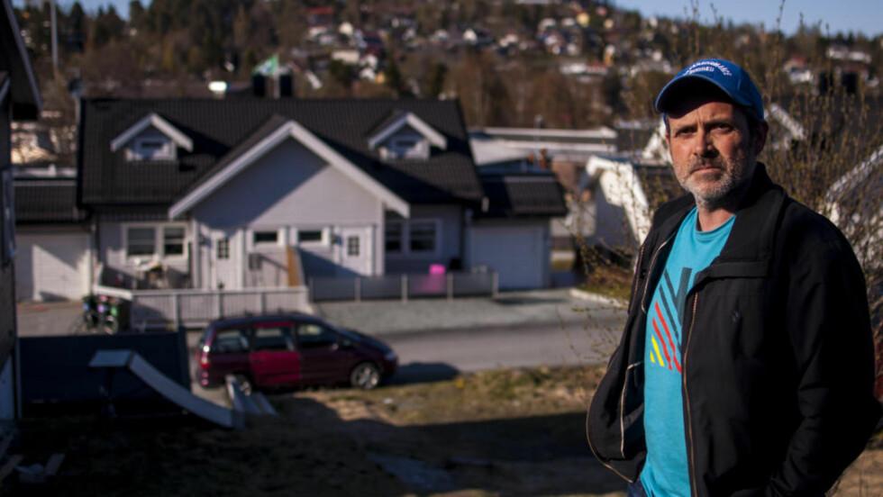 - IKKE NOE BRÅK:  Børre Buvarp (41) bor like overfor Northug-brødrene på Byåsen i Trondheim. Han sier det alltid er stille og rolig fra huset med skibrødrene, og at det heller ikke var festbråk natt til søndag. Foto: Oda Leraan Skjetne