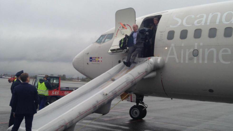 EVAKUERT: Flypassasjerene ble evakuert via sklie, etter at kabinen ble fylt med røyk idet et SAS-fly på vei til Brüssel skulle ta seg ut på rullebanen på Gardermoen i morges. Foto: Dagbladet-tipser