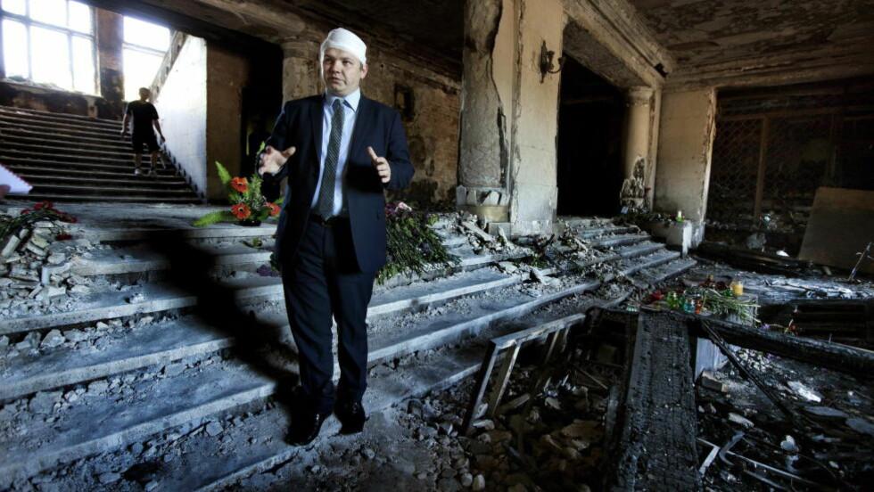 TILBAKE I RUINENE: Aleksej Albu inne i Fagforeningens Hus i Odessa, hvor han for en uke siden havnet midt i et inferno. Foto: Henning Lillegård