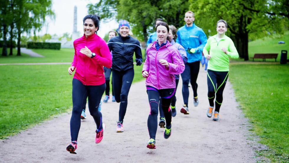 LADER OPP: Kari Larsen (til høyer i lilla) er med i løpegruppa Treningscamp, som møtes i Frognerparken en gang i uka. Nå er Holmenkollstafetten like rundt hjørnet, og de stiller selvfølgelig med lag.  Foto: CHRISTIAN ROTH CHRISTENSEN