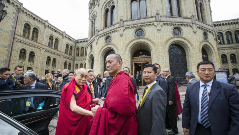 MOTTATT: Dalai Lama besøkte i dag Stortinget det han blir tatt imot av flere stortingsrepresentanter og ungdomspolitikere. Foto: Heiko Junge / NTB scanpix