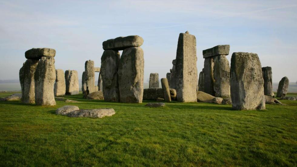 STONEHENGE: Et av jordklodens største mysterier er steinmonumentet Stonehenge. Den mystiske sirkelen av store steiner har vakt en rekke spørsmål blant forskere. Britiske forskere mener de har svar på hvorfor den ble bygget der den ligger. Foto: AFP / NTB Scanpix