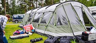 Drar på luksuscamping med telt som er større enn campingvogner