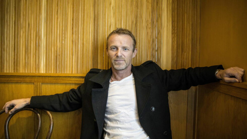 MANGE JERN I ILDEN: Forfatter Jo Nesbø har det travelt for tida, med tre romaner, fire filmer og to tv-serier på gang. Foto: Bjørn Langsem