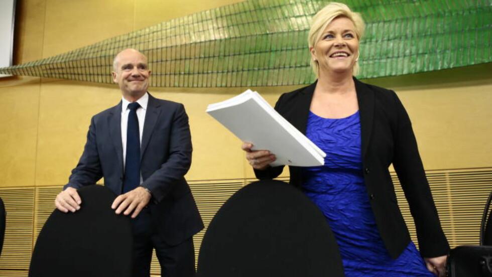 <strong>:</strong> REVIDERT: Finansminister Siv Jensen (Frp) varslet noen avgiftsjusteringer, men ingen store endringer da hun presenterterevidert nasjonalbudsjett i formiddag. Til venstre kommunikasjnssjef Runar Malkenes. Foto: Nina Hansen