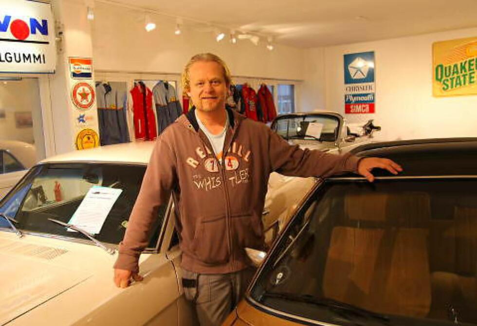 VETERANPROFF: Daglig leder Bård Risan driver Rud Vintage Garage i Bærum. Han selger bare veteranbiler og setter kundenes ønsker høyt. Foto: STEIN INGE STØLEN / AUTOFIL