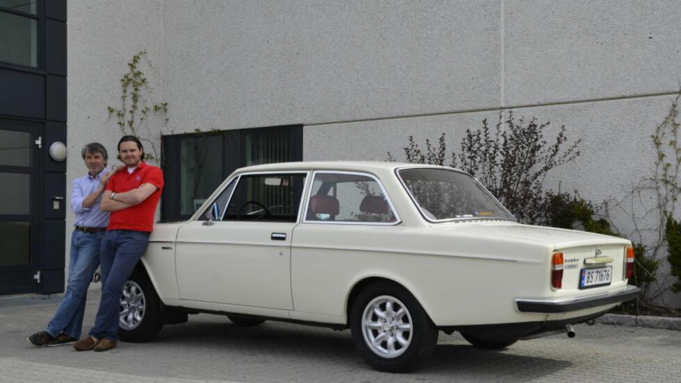 GAMMEL SVENSKE: Peder Nielsen (33) fra Oslo deler bilinteressen til pappa Dag-Henning (59). Nylig slo sønnen til og kjøpte veteranbilen han har hatt sansen for lenge - en 1972-modell Volvo 142 Sport. Foto: STEIN INGE STØLEN / AUTOFIL