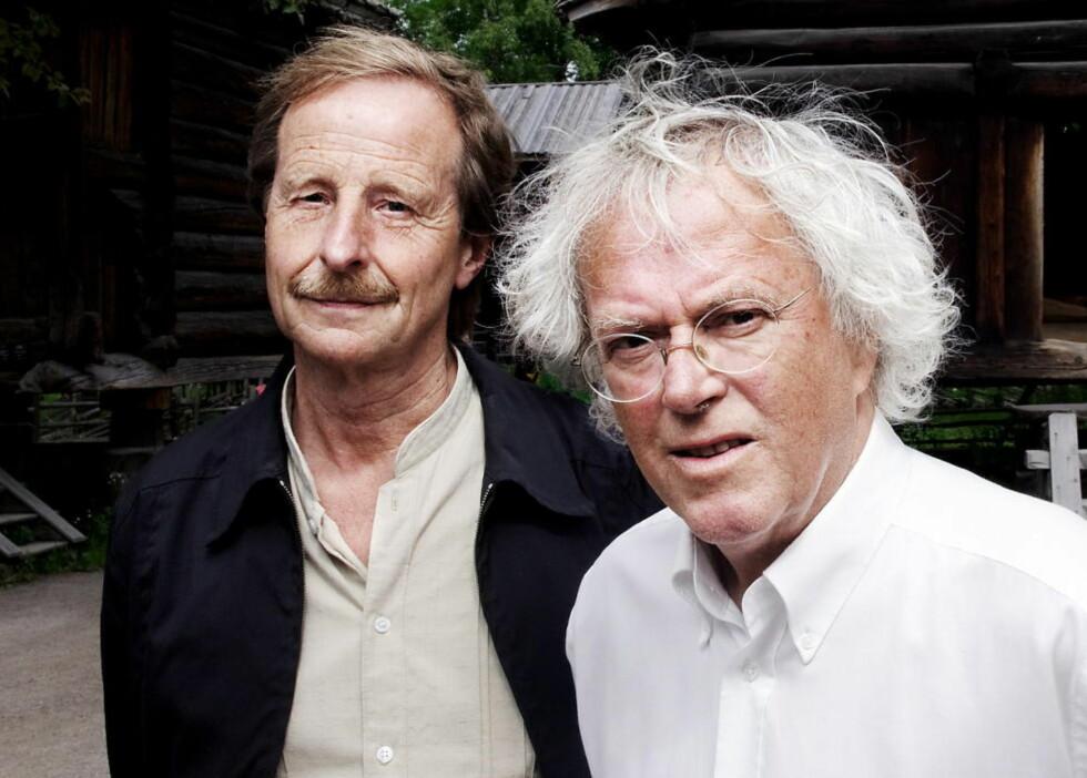 HILSEN TIL FLØGSTAD: Dag Solstad (til høyre) var en av talerne under feiringen av snart 70 år gamle Kjartan Fløgstad. Solstad mente han ikke kunne toppe sin hilsen på 60 års dagen, for ti år siden, men bidro med en anekdote fra unge år. Foto: Lars Myhren Holand / Dagbladet