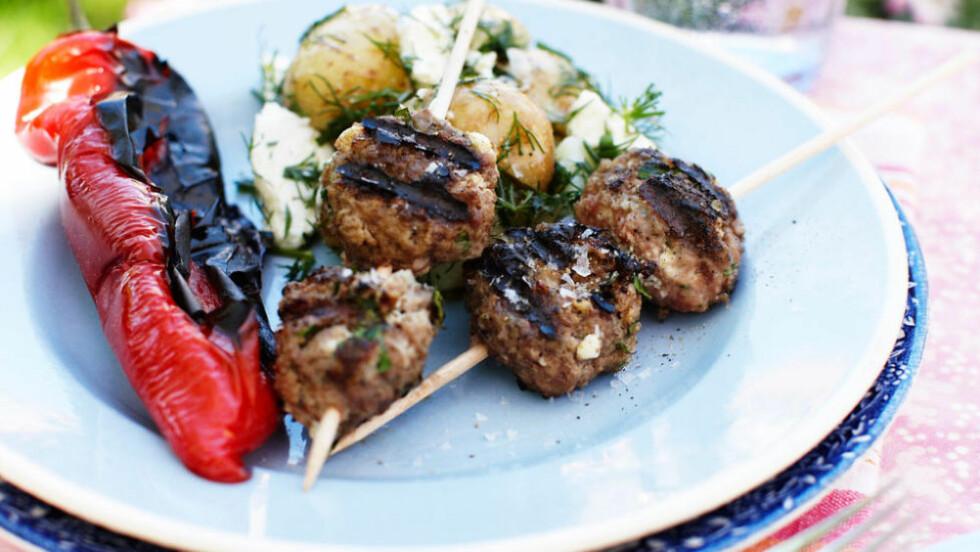 HERLIG SOMMERMAT: Krydrede kjøttboller med grillet paprika og potetsalat. Foto: ALL OVER PRESS