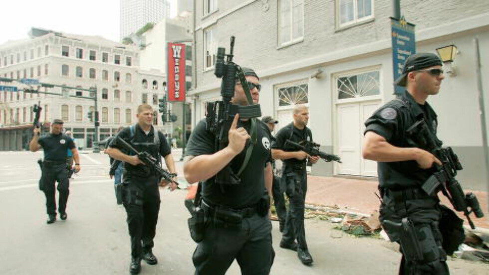 IKKE MANIPULERT: Her er originalbildet i sin helhet. Bildet viser SWAT-personell patruljere gatene i New Orleans for å forhindre plyndring etter orkanen Katrina, som rammet byen hardt. Foto: Reuters/Rick Wilking/NTB Scanpix
