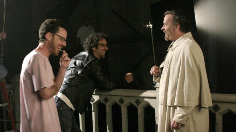 - NYTT PROSJEKT:  Ethan og Joel Coen skal være koblet til Steven Spielbergs nye film, hvor Tom Hanks (til høyre) skal ha en rolle. Her er film-brødrene sammen med skuespilleren fra filmen «The Ladykillers». Foto: Touchstone Pictures