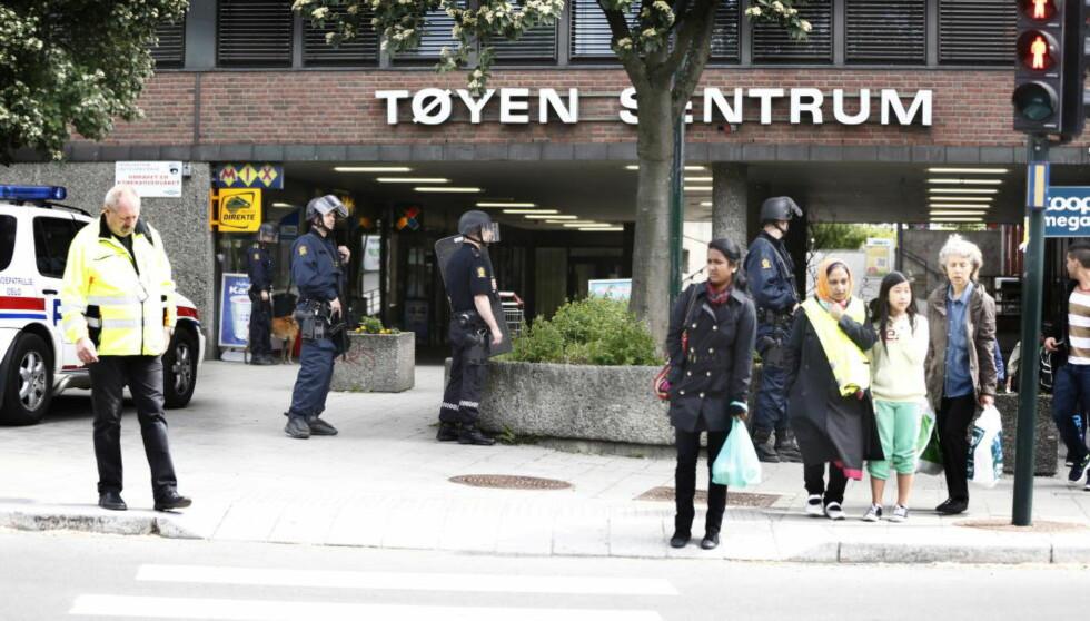 200 METER: — Vi syns ikke i seg selv det er noen belastning å ha Politiets utlendingsenhet, Norges største NAV-kontor, eller landets høyeste konsentrasjoner av sosiale boliger, skriver kronikkforfatterne. Bildet er fra juni 2012, da politiet måtte rykke til NAV-kontoret på Tøyen, hvor en bevæpnet person hadde forskanset seg. Foto: NTB Scanpix
