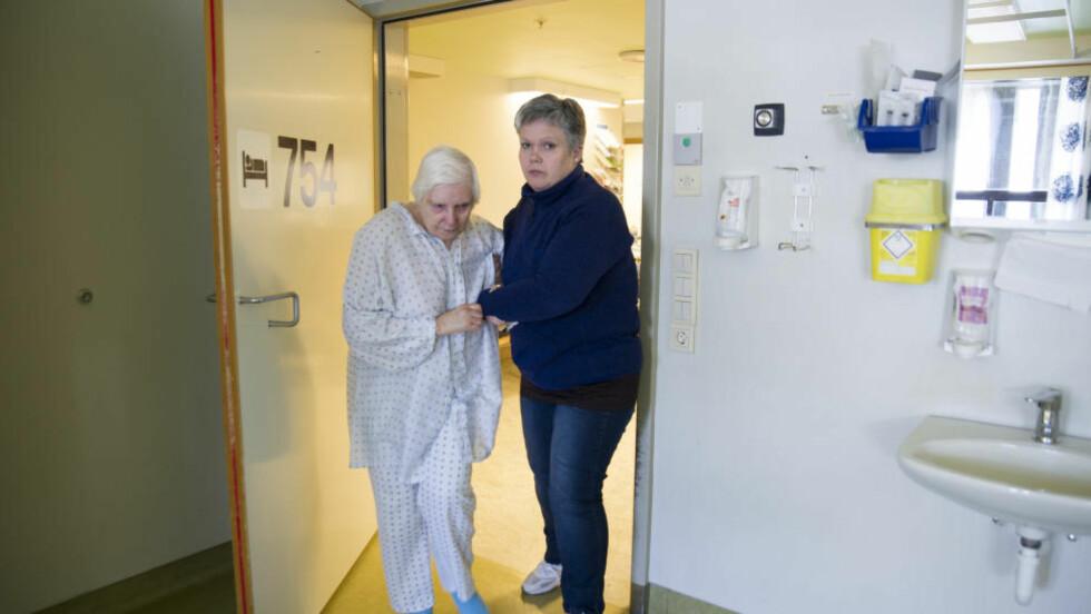IKKE OPERASJON - NY FASTE:  Aslaug Josefsen (83) støttes av datteren Hildegunn Bøkevoll inn til senga på rom 754. Operasjon eller ny beskjed om å fortsette fasten?  Foto: Anne Jo Lexander/Askøyværingen.