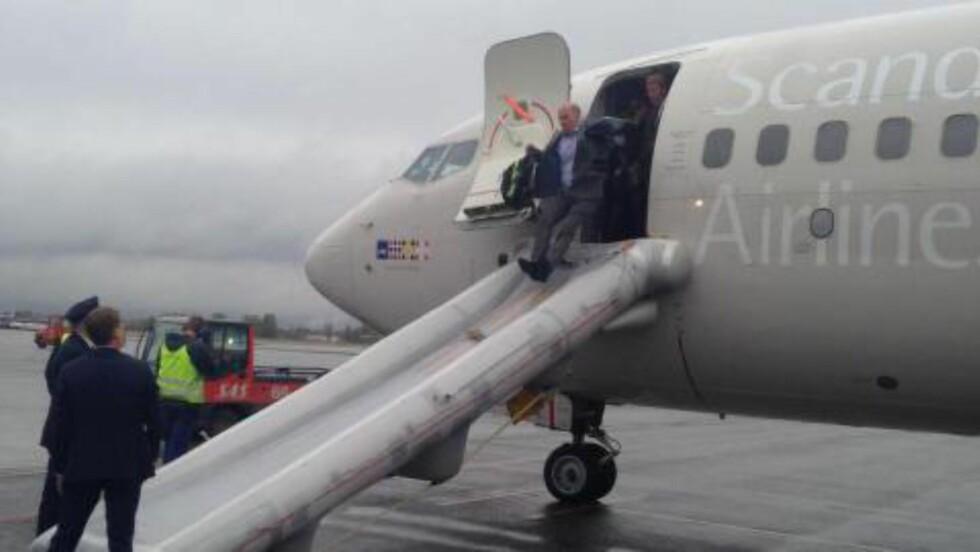 EVAKUERT: Flypassasjerene ble evakuert via sklie, etter at kabinen ble fylt med røyk idet et SAS-fly på vei til Brüssel skulle ta seg ut på rullebanen på Gardermoen 6. mai. Foto: Dagbladet-tipser