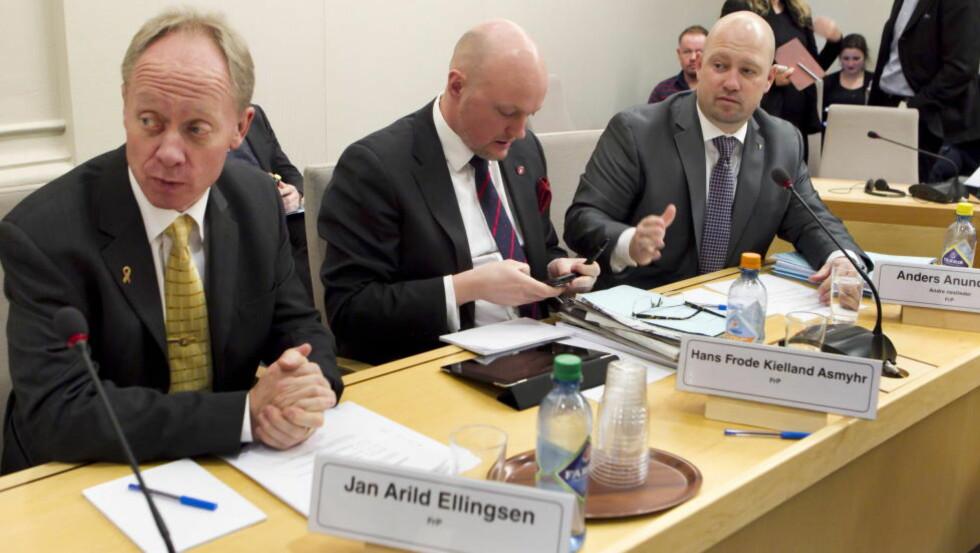 GJENNOMGANG: Frps stortingsrepresentant Jan Arild Ellingsen (t.v.) reagerer på løslatelsen av den 58 år gamle Horten-mannen og mener lovverket rundt prøveløslatelse og forvaring bør gjennomgås på nytt. Her avbildet sammen med Hans Frode Kielland Asmyhr og Anders Anundsen. Foto: Heiko Junge / NTB Scanpix