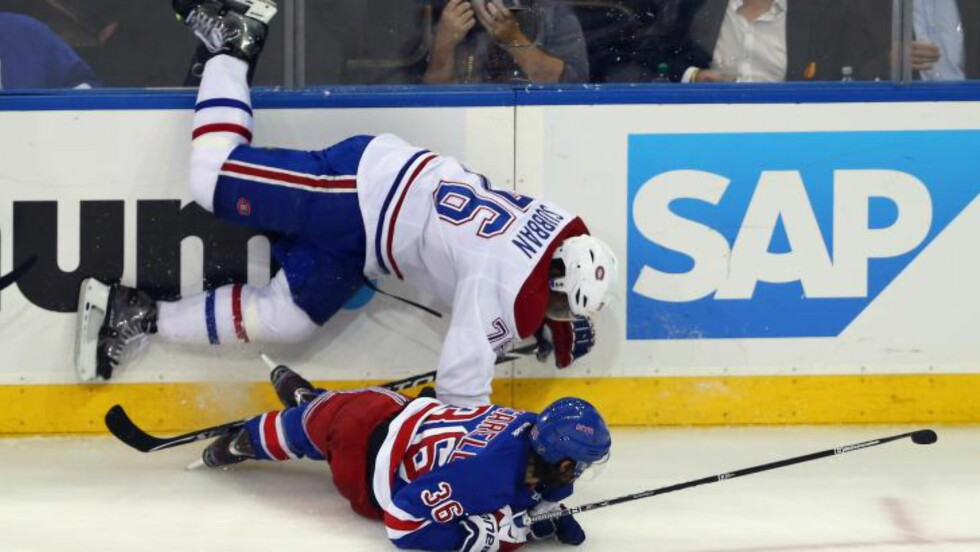 TAKLING: 'New York Rangers' Mats Zuccarello Aasen takler Montreal Canadiens' P.K. Subban. Foto: Elsa/Getty Images/AFP