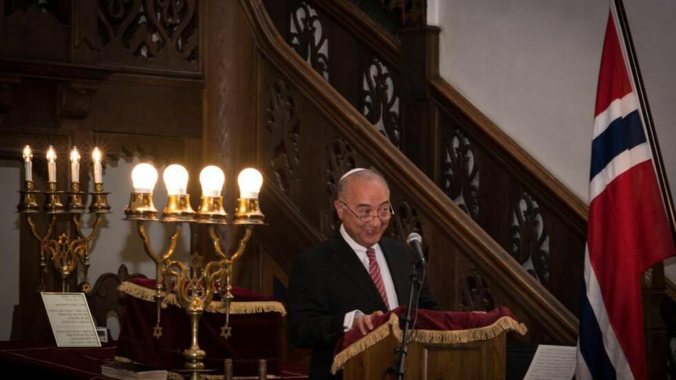 BEKYMRET: : De siste månedene har det vært økt aktivitet av folk som tar bilder ved den jødiske synagogen i Oslo. - Vi er på vakt og har høynet beredskap. Vi satser på at politiet gjør jobben sin, sier forstander i Det mosaiske trossamfunn, Ervin Kohn. Foto: Line Schibstad