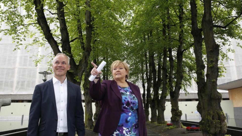 LAR HØYBLOKKA STÅ: Jan Tore Sanner og Erna Solberg i regjeringskvartalet i dag. Foto: Jacques Hvistendahl.