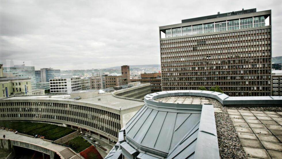 VIL RIVE: Oversiktsbilde over Regjeringskvartalet i Oslo. Y-blokka til venstre, som regjeringen åpner for å rive, og Høyblokka med statsministerens kontor. Foto: Jon Terje H. Hansen