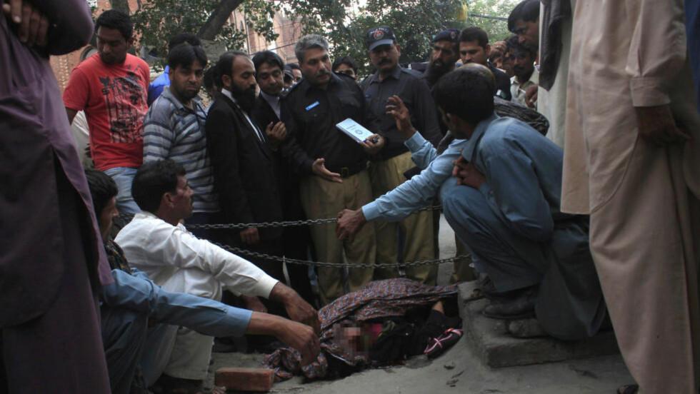 ÆRESDRAP: Faren og brødrene til Farzana Parveen (25) deltok i drapet på den gravide kvinnen utenfor et rettslokale i Lahore i Pakistan. Foto: Reuters/NTB Scanpix