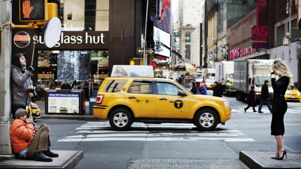 HARDT LYS; TRAVELT KRYSS: Erik Asla er i New York for å skyte en motekampanje inspirert av metropolens turistkjerner. Men ikke før han står midt i rammene av sine kommende bilder, bestemmer han seg for hvor bildene skal tas. Her har han valgt et spesielt kryss på Times Square. Foto: LINUS SUNDAHL-DJERF.