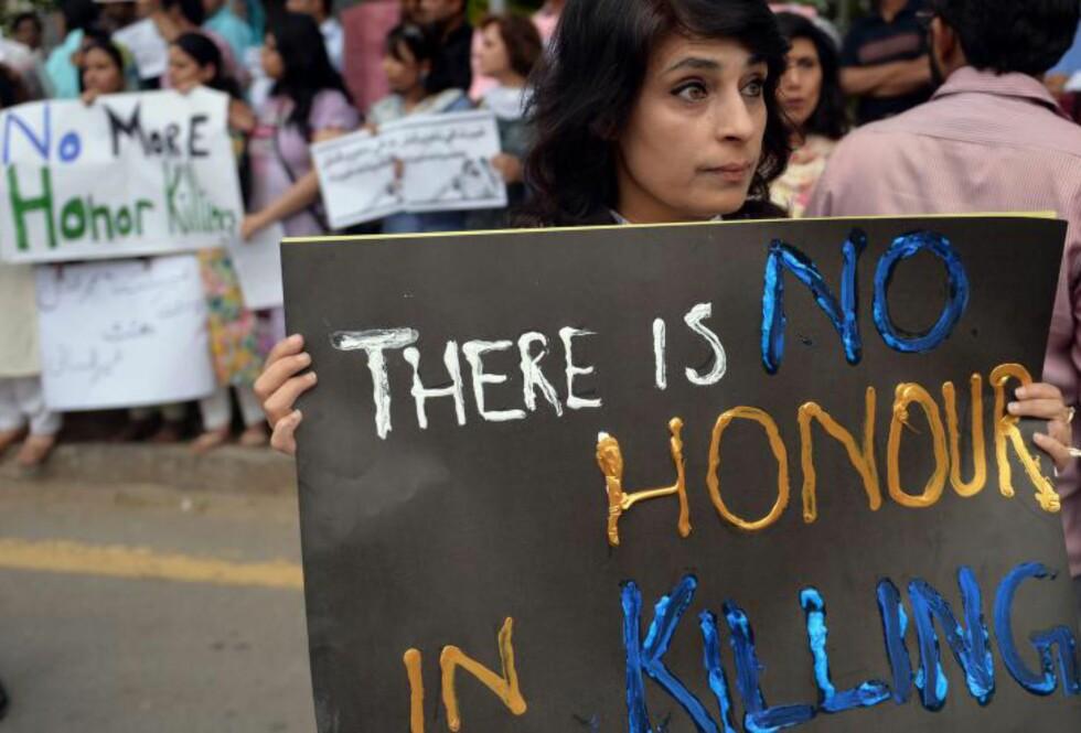- INGEN ÆRE: I 2013 ble minst 869 pakistanske kvinner utsatt for såkalte «æresdrap». - Jeg ønsker ikke å kalle det æresdrap. Det er ikke noen ære i å drepe en kvinne på denne måten, sier Navi Pillay, FNs høykommissær for menneskerettigheter. Foto: AFP / Aamir Qureshi / NTB Scanpix