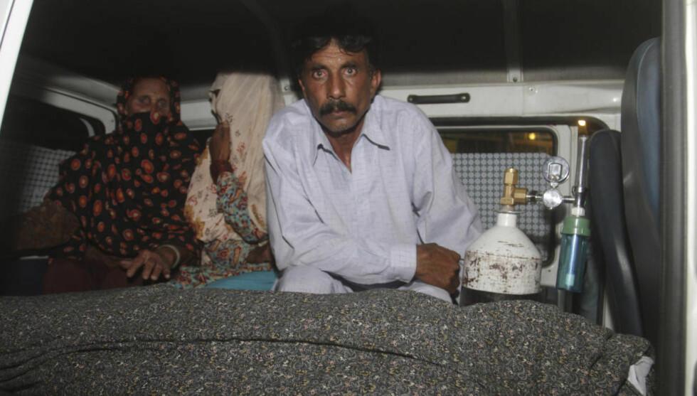 - DREPTE MIN FØRSTE KONE: Mohammad Iqbal (t.h.) var gift med Farzana Parveen, den gravide kvinnen som denne uka ble steinet og drept i Pakistan. Nå sier Iqbal at han kvalte sin første kone, slik at han kunne bli sammen med Parveen. Foto: AP / K.M. Chaudary / NTB Scanpix