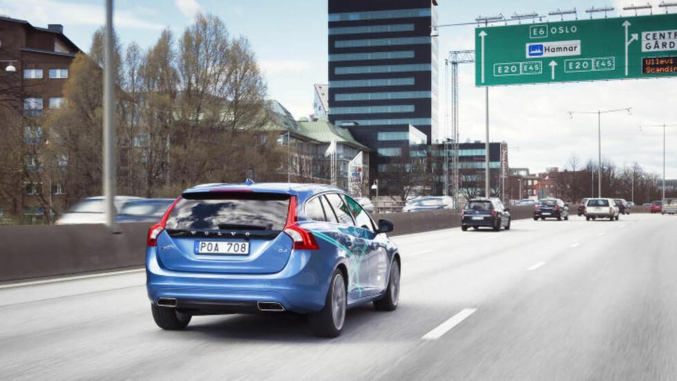 <strong>KJØRER SELV:</strong> Allerede nå kjører Volvo-modeller rundt i Gøteborg-trafikken på autopilot. Det første teststadiet skal i 2017 avløses av en periode der 100 biler skal brukes av kunder for å evaluere hvor vellykket den selvkjørende bilen kan komme til å bli. Målet er å ha selvkjørende biler på markedet i 2020. (Foto: VOLVO)