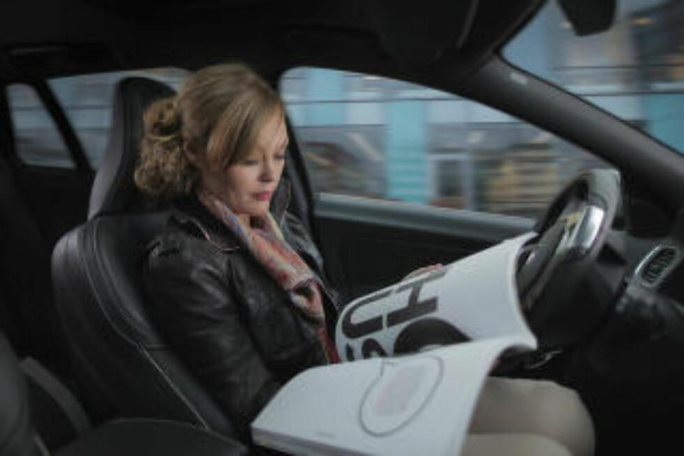 <strong>INN I FRAMTIDA:</strong> Helt klare for å lese med autopilot er vi ikke ennå, men det kommer, det kommer - ifølge Volvo. (Foto: VOLVO)