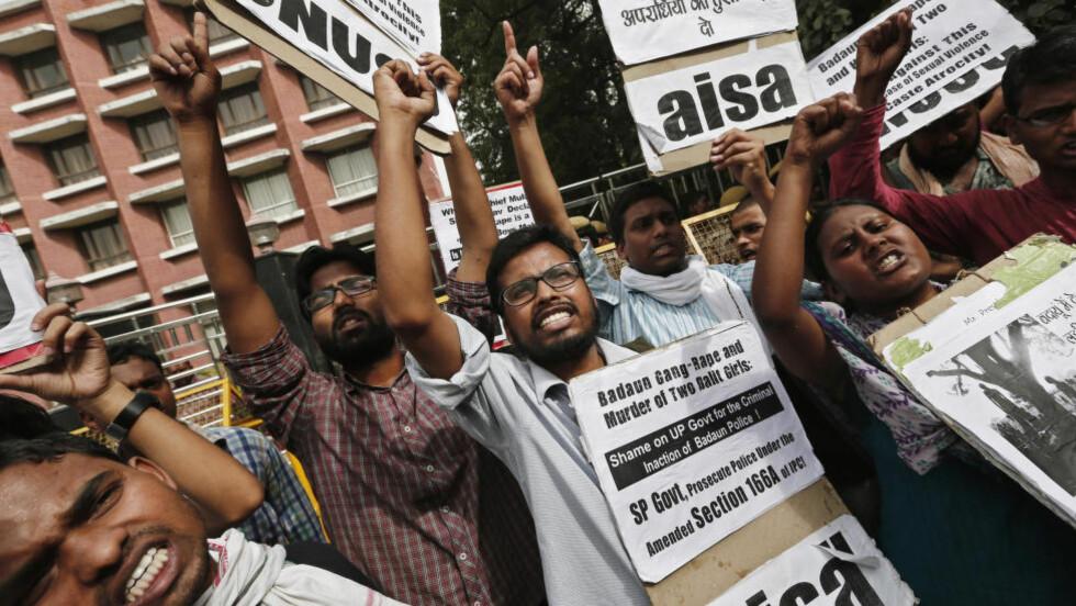 PROTESTER: Studenter holder opp plakater og roper slagord under en protest i New Delhi fredag i forbindelse med at to jenter ble gruppevoldtatt og senere funnet hengt i Budaun-distriktet i Uttar Pradesh i India. Foto: Adnan Abidi / Reuters / NTB scanpix REUTERS/Adnan Abidi