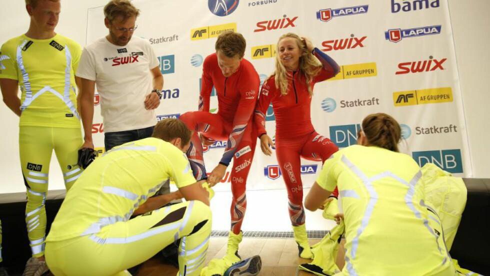 <strong>STANDPLASS-DRAKT:</strong> Tarjei Bø og Tiril Eckhoff fikk vise fram de de nye skiskytterdraktene - som viste seg å være røde og ikke gule. Foto: Lars Eivind Bones / Dagbladet