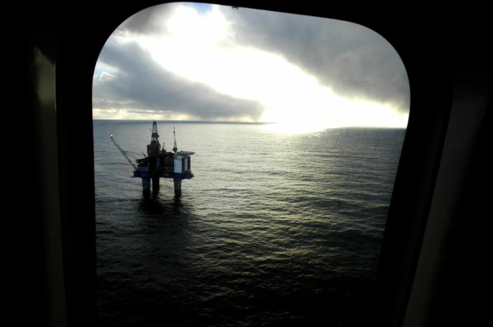 KREFTFUNN: Oljearbeidere i Nordsjøen er mer utsatt for kreft enn normalbefolkningen, viser et doktorgradsarbeid ved Kreftregisteret. Her er plattformen Gullfaks sett fra helikoptervindu i oktober 2002. Foto: Aleksander Nordahl