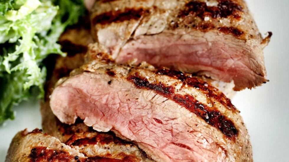 SMAK AV SOMMER:  Et godt grillet kjøttstykke og frisk, sprø salat er enkel og nydelig sommermat. Brimi griller biffen raskt og på høy varme. Foto: METTE MØLLER