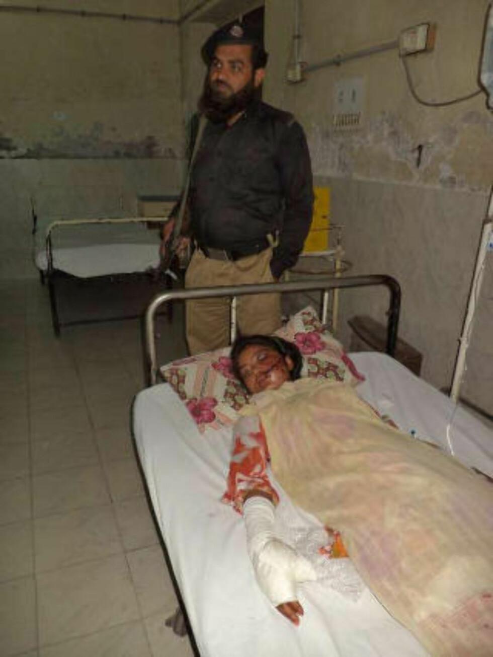 POLITIBESKYTTELSE: Saba Maqsood får nå politibeskyttelse på sykehuset i Hafizibad der hun ligger, i tilfelle familien skal forsøke å drepe henne igjen. Foto: REUTERS/Yaqoob Shahzad/NTB scanpix